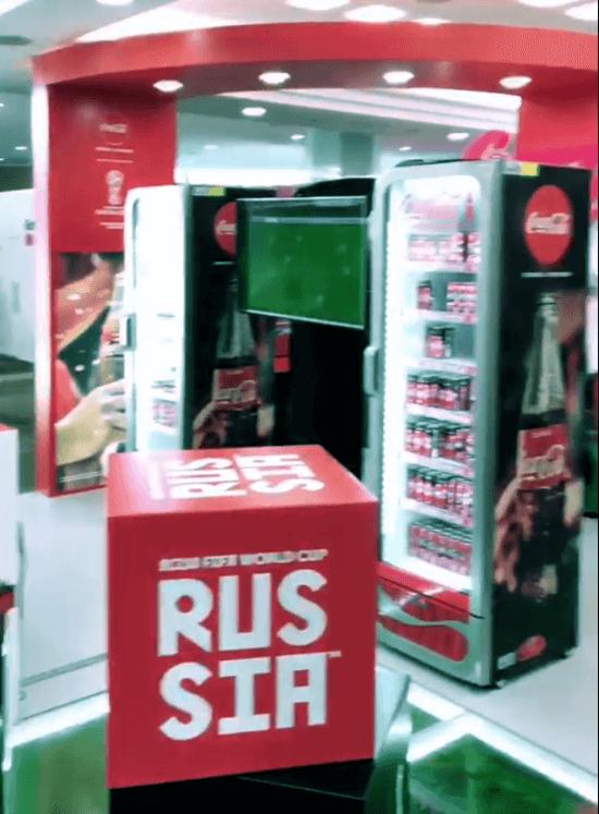 """Coca-Cola анонсировала скорое появление """"умных холодильников"""" в российских сетях."""