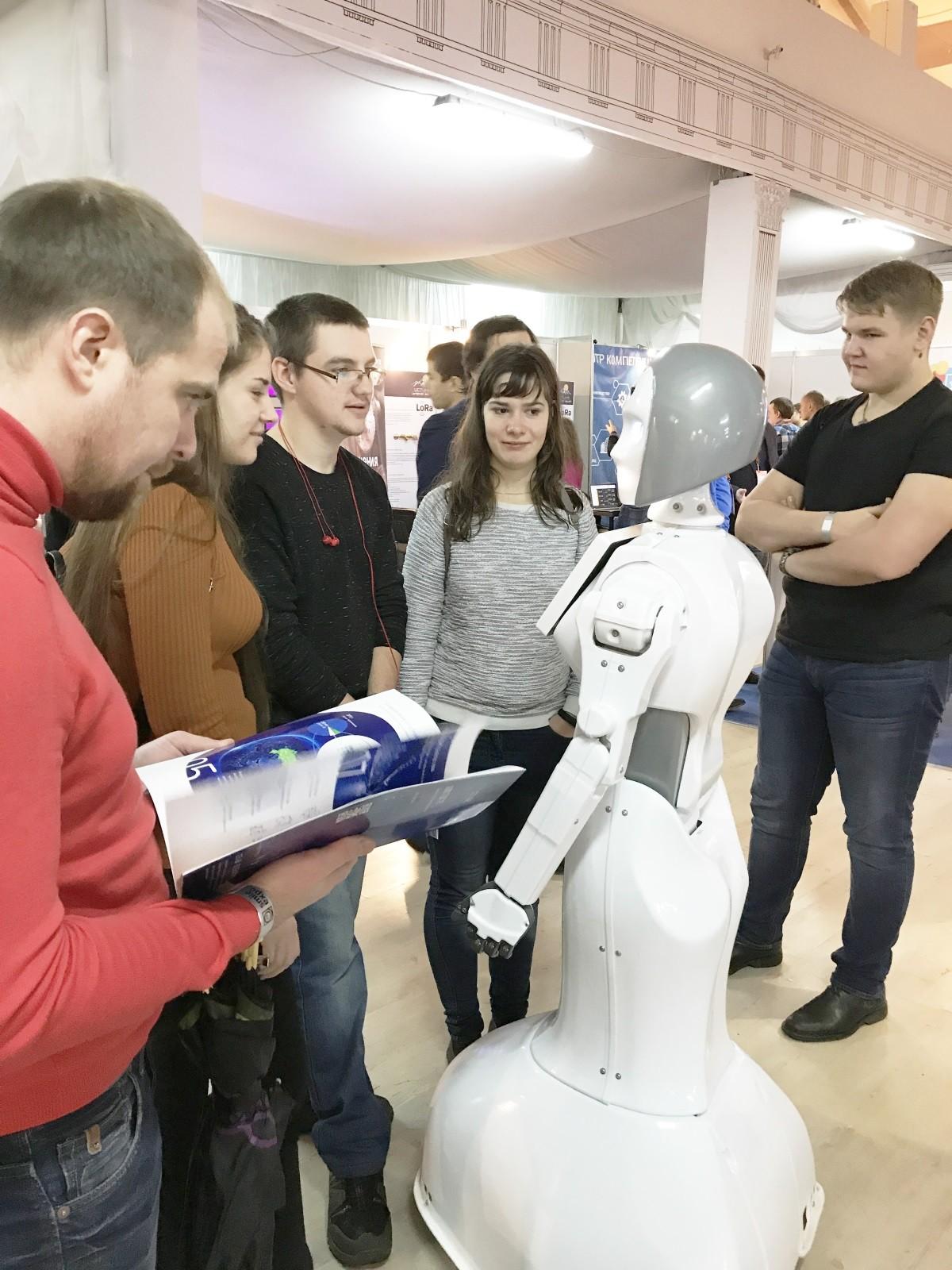 За развлекательную часть программы отвечала KiKi — робот-промоутер.